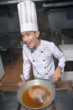 烹调汤的中国人厨师 免版税库存图片