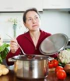 烹调汤的妇女 免版税库存照片
