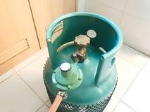 烹调汽油箱或丙烷储罐与安全阀的绿色LPG和 免版税库存照片