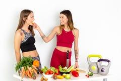 烹调沙拉的健康吃的妇女 去美丽的微笑的素食主义者的女孩吃新鲜的绿色有机蔬菜 图库摄影