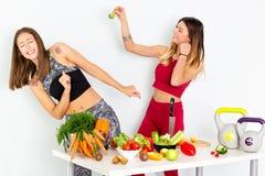 烹调沙拉的健康吃的妇女 去美丽的微笑的素食主义者的女孩吃新鲜的绿色有机蔬菜 库存图片