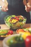 烹调沙拉的妇女 图库摄影