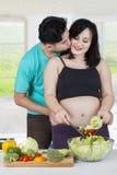 烹调沙拉的浪漫夫妇 库存照片