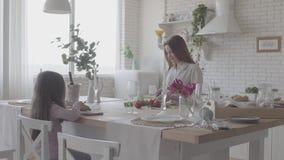 烹调沙拉身分的俏丽的年轻微笑的妇女在桌上在现代厨房里 女孩坐椅子 股票视频