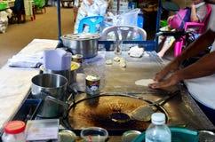 烹调沙漠快餐roti的泰国人 免版税库存图片