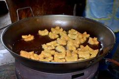 烹调油炸doughstick或Youtiao的泰国人 免版税库存照片