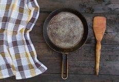 烹调油煎查出的平底锅白色的设备 免版税库存照片