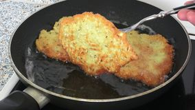 烹调油煎的土豆薄烤饼 股票视频