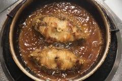 烹调油煎的石斑鱼鱼在厨房里 库存图片