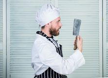 烹调法在我的头脑 厨师准备好烹调 围裙和帽子举行刀子的确信的人 厨师在餐馆,制服 库存图片