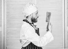烹调法在我的头脑 厨师准备好烹调 围裙和帽子举行刀子的确信的人 厨师在餐馆,制服 免版税图库摄影