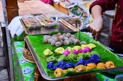 烹调泰国点心:蒸的米皮肤饺子和珍珠粉猪肉 免版税图库摄影