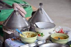 烹调泰国点心:蒸的米皮肤饺子和珍珠粉猪肉 免版税库存图片