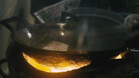 烹调混乱面条曼谷与金属鸭脚板的街道食物和飞行平底锅的厨师 股票视频
