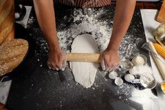 烹调烘烤的面团在厨房里, ba的现成的面包 免版税库存照片