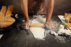 烹调烘烤的面团在厨房里, ba的现成的面包 库存照片