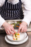 烹调烤宽面条海鲜的主厨 免版税图库摄影