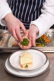 烹调烤宽面条海鲜的主厨 库存照片