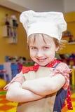 烹调热病 逗人喜爱的儿童女孩厨师幽默画象  库存图片