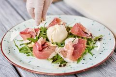 烹调熟食沙拉的厨师在餐馆 免版税库存照片