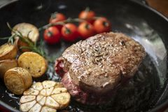 烹调牛排食物摄影食谱想法 图库摄影
