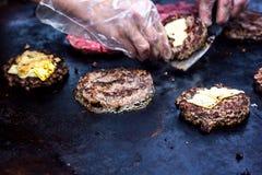 烹调牛肉和猪肉小馅饼用鸡蛋和乳酪汉堡的 肉在火在格栅的烤肉kebabs烤了 烤汉堡裁减 免版税库存图片