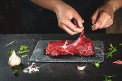 烹调牛肉肉的妇女 库存图片