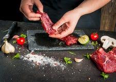 烹调牛肉肉的妇女 库存照片