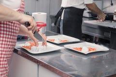 烹调特写镜头两的人, coomercial厨房 免版税库存图片