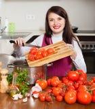 烹调用蕃茄的妇女 免版税图库摄影