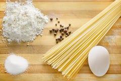 烹调用面粉和鸡蛋的面团 免版税库存照片