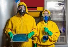 烹调甲基苯丙胺的男人和妇女 库存照片