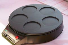 烹调电平底锅的薄煎饼 库存照片