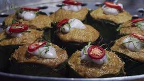烹调疯狂的d ish也叫ho mok pla或鱼咖喱pâté在火轮 地道亚洲烹调在亚洲街道晚上 股票录像