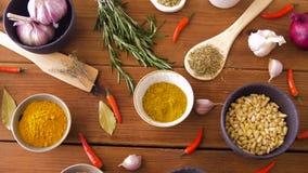 烹调的不同的香料在木桌上 股票录像