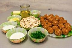 烹调的丸子成份用沙拉酱肉小汤:剁碎 免版税库存照片