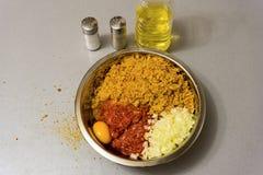 烹调的丸子成份:肉末,面包渣,米尔 免版税库存图片