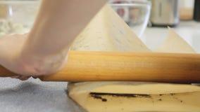 烹调的乳酪奶油蛋糕裂化的饼干与蓝莓 影视素材