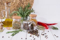 烹调的产品在厨房里,厨房器物,草本,在玻璃瓶子的五颜六色的干香料 库存照片