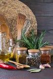 烹调的产品在厨房里,厨房器物,草本,在玻璃瓶子的五颜六色的干香料 免版税库存照片