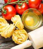 烹调的健康地中海盘成份在老木 免版税图库摄影