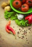 烹调的健康新鲜蔬菜成份在土气setti 免版税库存照片