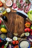 烹调的健康肉晚餐成份 与菜、米、草本和香料的未加工的未煮过的羊排在土气 免版税库存图片