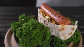 烹调的厨师做与新绿色的玉米粉薄烙饼,菜和烤香肠,快餐,食物,鲜美食谱,厨师 影视素材