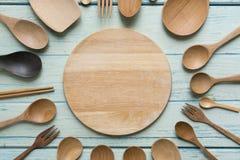 烹调的厨房器物在木桌上 库存照片