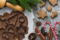 烹调的圣诞节姜饼曲奇饼与杉树和装饰成份在石背景,顶视图 免版税库存照片