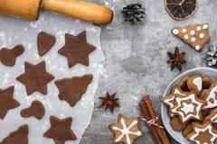 烹调的圣诞节姜饼曲奇饼成份与在石背景,顶视图的装饰 免版税库存照片