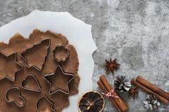 烹调的圣诞节姜饼曲奇饼成份在石背景,顶视图 图库摄影