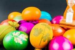 烹调的复活节彩蛋滴漏 库存图片
