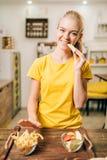 烹调的女性,有机食品准备 免版税库存图片